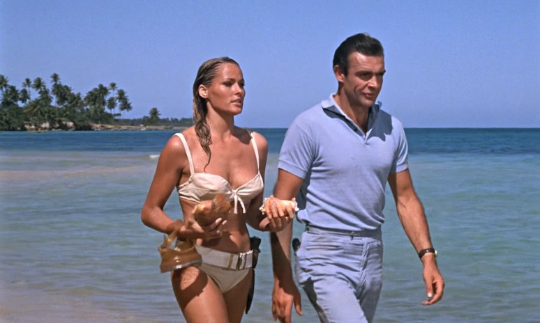 Honey (Ursula Andress) rencontre James Bond (Sean Connery)